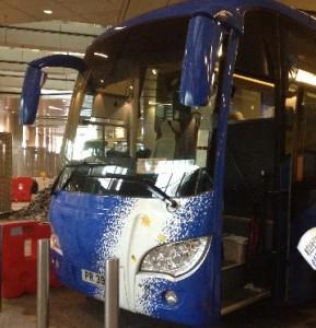 チャーターバスは大型の最新タイプ。