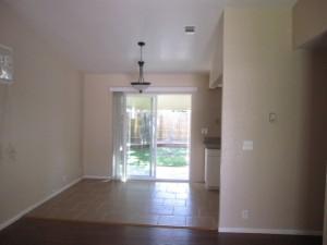 キッチンの床はタイル、手前の床はフローリング。カーペット